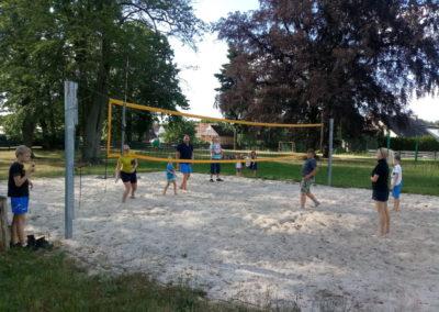 Zawody sportowe w miejscowym parku. Trening zdrowej rywalizacji oraz ognisko integracyjne.