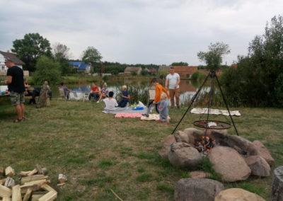 Przygotowanie iprzeprowadzenie imprezy integracyjnej wplenerze. Nauka łowienia ryb wmiejscowym stawie.