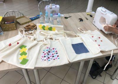 Warsztaty krawieckie w ramach zajęć integracyjnych, na których uczestnicy projektu tworzyli torby.