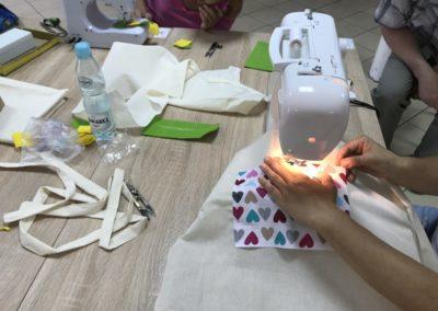 Warsztaty krawieckie wramach zajęć integracyjnych, naktórychuczestnicy projektu tworzyli torby.