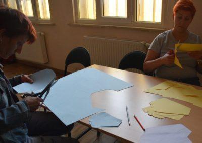 Warsztaty florystyczne – kwiecień 2019 r. Podczas warsztatów uczestnicy mogli przede wszystkim zapoznać się zciekawą formą wykorzystania papieru doróżnego rodzaju dekoracji.