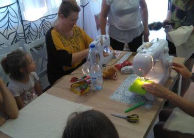 Warsztaty krawieckie zorganizowane w Punkcie Aktywizacji Społeczno- Zawodowej w Kiełpinie w ramach zajęć integracyjnych.