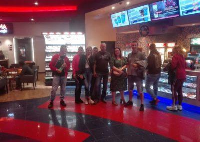 """W dniu 12.07.2019r. uczestnicy projektu spotkali się wkinie Cinema City aby obejrzeć film pt.: """"Imprezowi rodzice""""."""