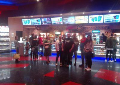 """W dniu 12.07.2019r. uczestnicy projektu spotkali się w kinie Cinema City aby obejrzeć film pt.: """"Imprezowi rodzice""""."""